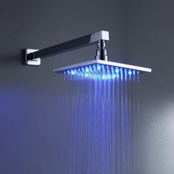 دوش حمام رویایی با لامپ های LED که فضایی آرامش بخش در حمام ایجاد می کند.
