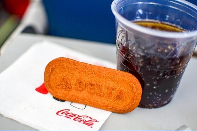 غذاهایی که در هواپیما سرو می شوند اصولا بی مزه به نظر می رسند زیرا حس بویایی و چشایی انسان درون کابین هواپیما در ارتفاع زیاد تا 30 درصد کاهش می یابد.