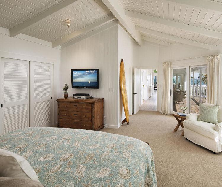اتاق خواب اصلی خانه حس و حال ساحلی دارد. به منظور القای حس آرامش بیشتر، از رنگ های مات در دکور آن استفاده شده است.