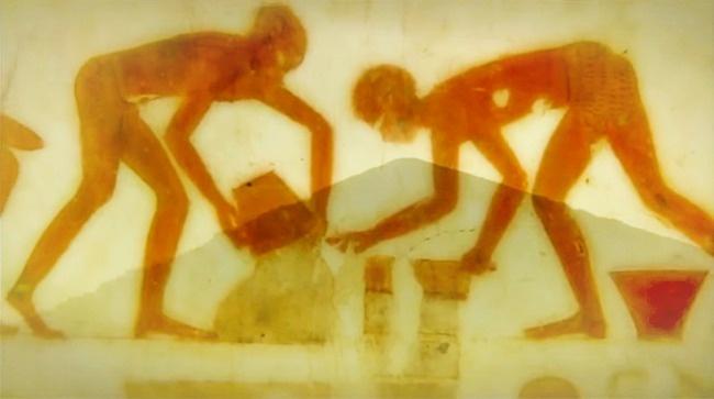 شیمیدانی موسوم به «جوزف دیویدوویتز» بیان داشته که بلوک های اهرام، درست روی همدیگر ساخته می شدند و این ادعا، مساله وزن و نبودن هیچ فاصله و شکافی بین بلوک ها را حل می کند. این در حالی است که باستان شناسان و دیرین شناسان اعتقاد دارند که بلوک ها، پایه های رسوبی را ایجاد کرده اند؛ یعنی نظریه ای در جهت رد ادعاهای دیویدوویتز. بر همین اساس، هنوز هیچ گونه فرضیه قطعی در رابطه با روش ساخت هرم ها که همه محققان با آن موافق باشند، وجود ندارد.