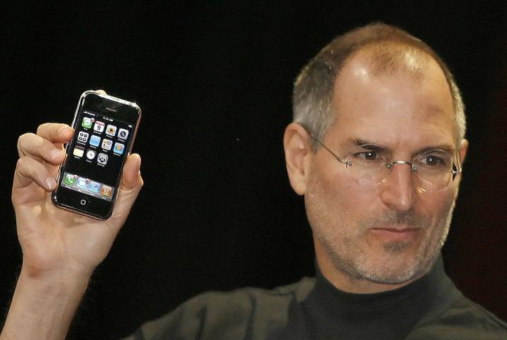 آیفون بیش از یک سوم از عمر شما در بازار موجود و در دسترس علاقه مندان بوده است. کمپانی سرشناس اپل، اسمارت فون جدید و متفاوت خود را در نهم ژانویه 2007 مصادف با 19 دی 1385 به جهانیان معرفی نمود.