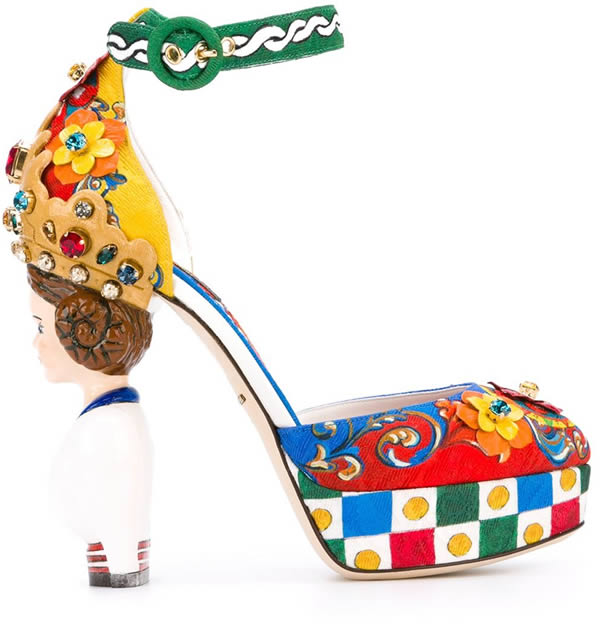 این کفش های پاشنه بلند و رنگارنگ که بیشتر عجیب هستند تا زیبا را کمپانی دولچه و گابانا با قیمت 4995 دلار عرضه می کند. جنس کفش ها نخ و چرم است که قسمت پاشنه آن را مجسمه یک بانوی سیسیلی تشکیل داده و بند قوزک آن از پارچه های نخی و رنگی درست شده است. سنگ های تزئینی و آرم برجسته کمپانی در کفی کفش از دیگر ویژگی های آن هستند.