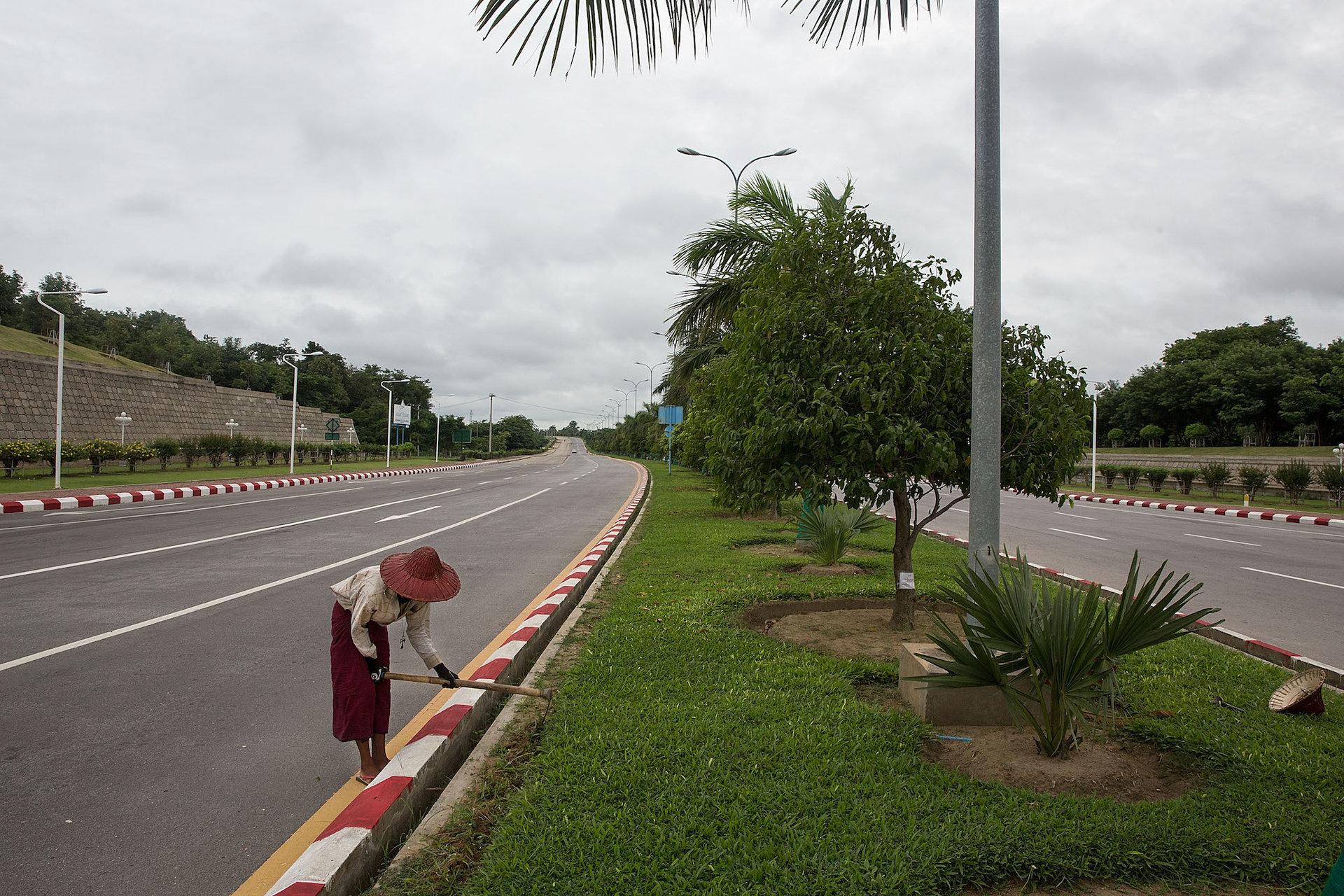 همه خیابان ها و بزرگراه ها با فضاهای سبز مزین و زیباسازی شده اند اما کسی نیست که از وجودشان لذت ببرد.