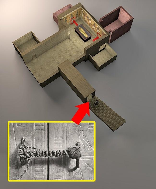 در سال 1922 میلادی «هوارد کارتر» - باستانشناس و مصرشناس مشهور بریتانیایی - و تیم همراه وی مشغول حفاری و مطالعه روی معبد توت عنخ عامون بودند که لوحی را یافتند که روی آن نوشته شده بود: «مرگی هولناک در انتظار کسی است که قفل مقبره را باز نماید.» کارتر این نفرین را باور نداشت تا اینکه در سال 1930 میلادی، 22 نفر از افرادی که در زمان گشودن آرامگاه یازدهمین فرعون مصر باستان در آن جا حضور داشتند، به همراه خانواده هایشان گزارش شد و این پیامد به سرعت رسانه ای گشت. هنوز هیچ تائیدی مبنی بر صحت این طلسم وجود ندارد اما گفته می شود احتمالا مواد سمی موجود در دیوارهای مقبره و تابوت می تواند دلیل مرگ این افراد باشد.