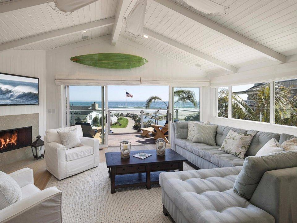 ویلا دقیقا در ساحل اقیانوس بنا شده و از داخل اتاق نشمین می توان زیبایی اقیانوس را دید.