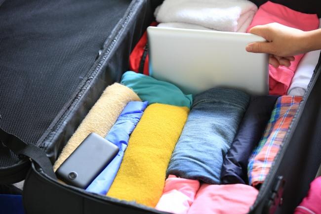 برای این منظور بهتر است لباس ها را به جای تا کردن، رول کرده و در چمدان بچینید. به این صورت، علاوه بر اینکه لباس ها چروک نمی شوند، فضای بیشتری نیز برای وسایل خود در اختیار خواهید داشت.
