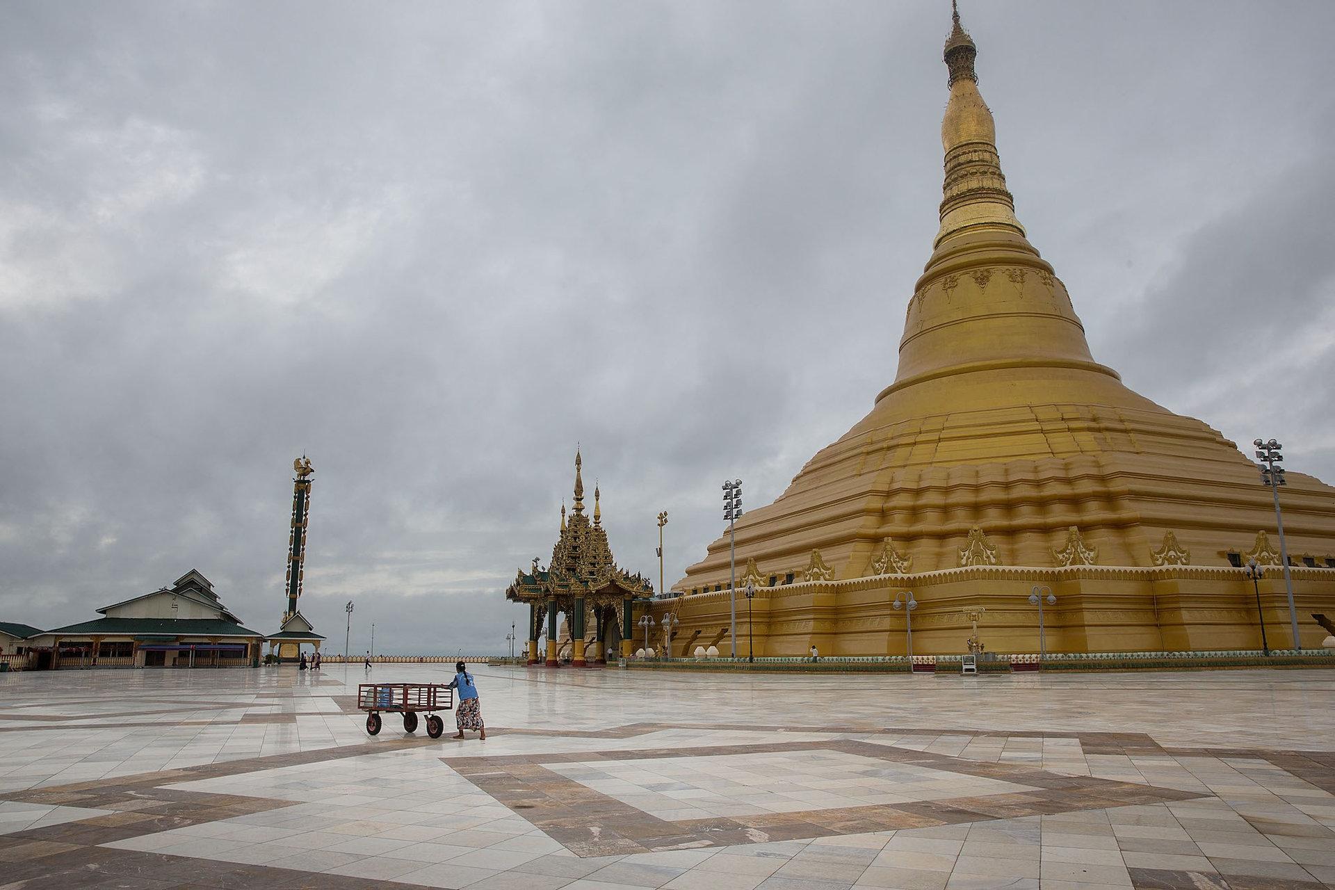 چشم اندازی از معبد Uppatasanti که کاملا خالی از بازدیدکننده است.