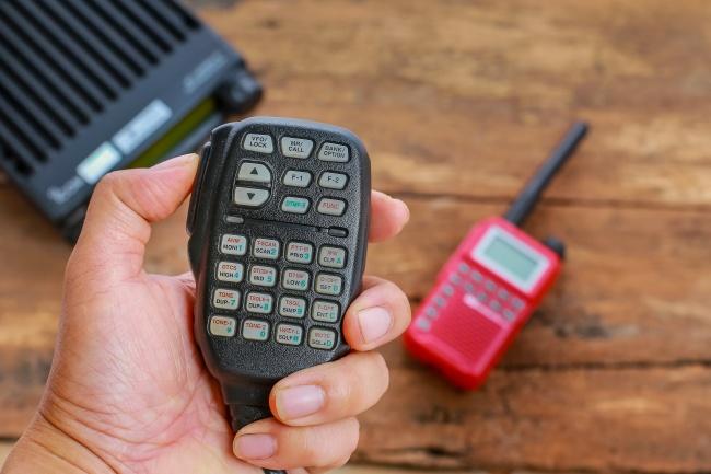 اگر زیاد با ماشین شخصی خود سفر می کنید، بد نیست یک رادیو باند شهروندان (CB radio) خریداری کنید تا در موقعیت های خاص و دشوار، بتوانید با راننده های کامیون ارتباط برقرار کرده و از آن ها کمک طلب نمایید.