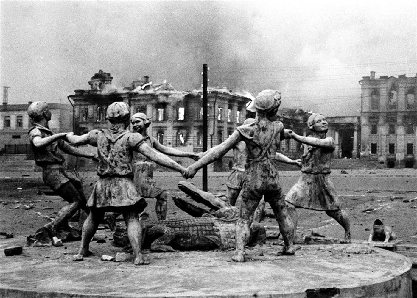 Statue in the center of Stalingrad after Nazi air strikes, 1942