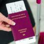 (GERMANY OUT) Gesch?ftsfrau mit Reisepass, Koffer und Flugticket am Flughafen. Gesch?ftsreise  (Photo by Wodicka/ullstein bild via Getty Images)