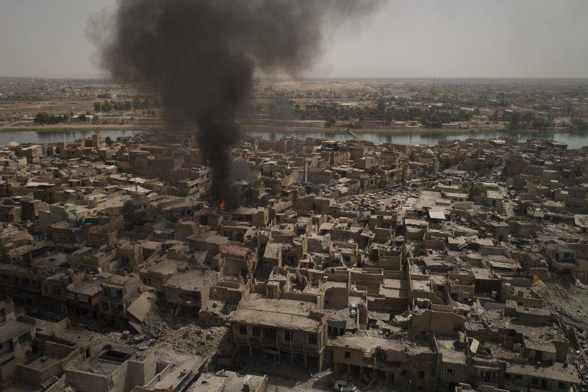 دود ناشی از حملات هوایی به شهر قدیمی موصل، محل استقرار شبه نظامیان داعش