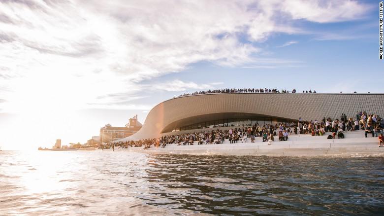 این ساختمان توسط موسسه «آماندا لویت» ساخته و تکمیل شده و در کنار رودخانه Tagus واقع شده است. طراحی این بنا به گونه ای است که بازدیدکننده ها می توانند روی پشت بام، داخل و در زیر زمین آن تردد داشته باشند.