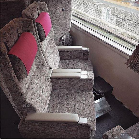 در ژاپن، در صورت تمایل به تماشای مناظر بیرون بدون اینکه مجبور باشید گردن خود را کج کنید، می توانید صندلی ها را به سمت پنجره بچرخانید.