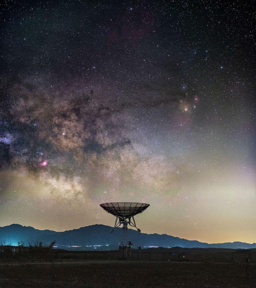 کهکشان راه شیری بر فراز تلسکوپ رادیویی در ایستگاه میون، رصدخانه ملی نجوم در چین در حومه شهر پکن.