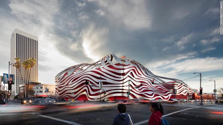 این سازه توسط کمپانی کان پدرسون فاکس و به منظور نوسازی موزه اتومبیل پیترسون طراحی شده است. خلاقیت به کار رفته در آن شامل پوشش استیلی است که اطراف ساختمان تعبیه شده.