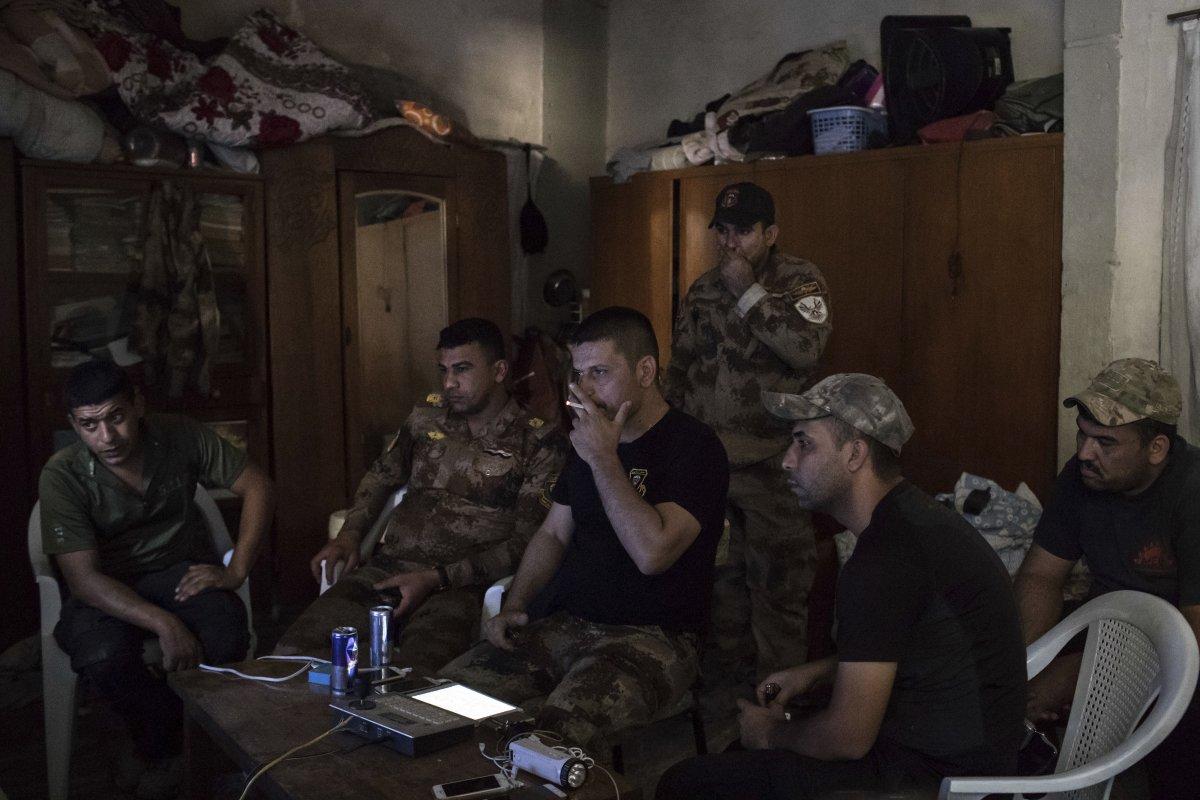 نیروهای نظامی ویژه دولت عراق به رهبری سلام حسین به همراه گروه خود در حال مشاهده وضعیت داعش از طریق دوربین های نظارتی است.