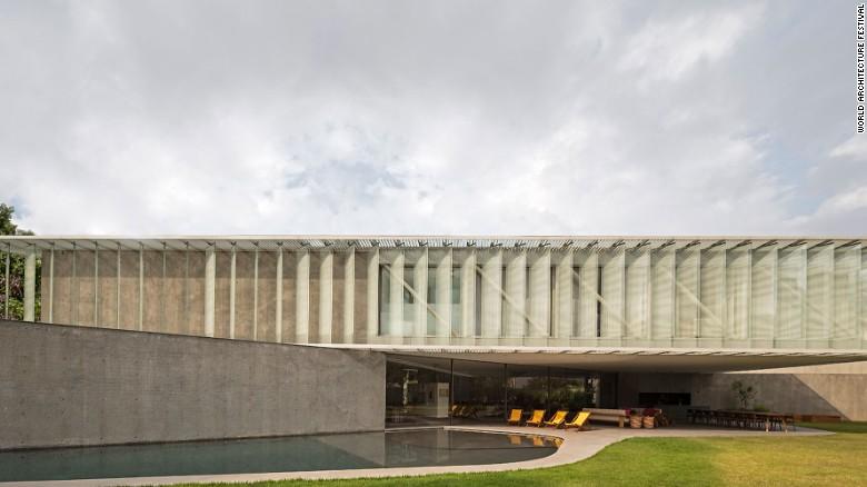 این ویلا با زیربنای مثلث برای ورود بیشترین میزان نور طبیعی به داخل ساختمان با پنجره های متعدد ساخته شده است.