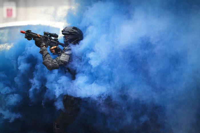 یکی از نیروهای رزم آرای ویژه پلیس ویژه مالزی در حال تمرین نظامی و آماده شدن برای بازی های آسیای جنوب شرقی در شهر کوالالامپور در کشور مالزی است. این شهر در خلال روزهای 19 تا 30 آگوست میزبان بیست و نهمین دوره از بازی های آسیای جنوب شرقی و نهمین دوره از بازی های معلولین ASEAN خواهد بود.