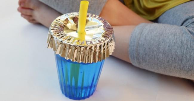 با استفاده از کاغذهای مافین و کاپ کیک یا فویل، روی لیوان های خود ا بپوشانید تا حشرات داخل آن ها وارد نشوند.