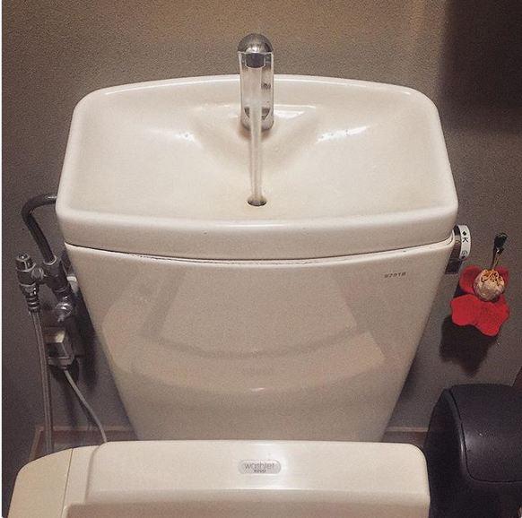 به منظور پیشگیری از هدر رفت آب، سینک دستشویی روی تانکر توالت فرنگی نصب می شود. به این ترتیب، آبی درون مخزن ذخیره شده و از آن برای توالت استفاده می شود.
