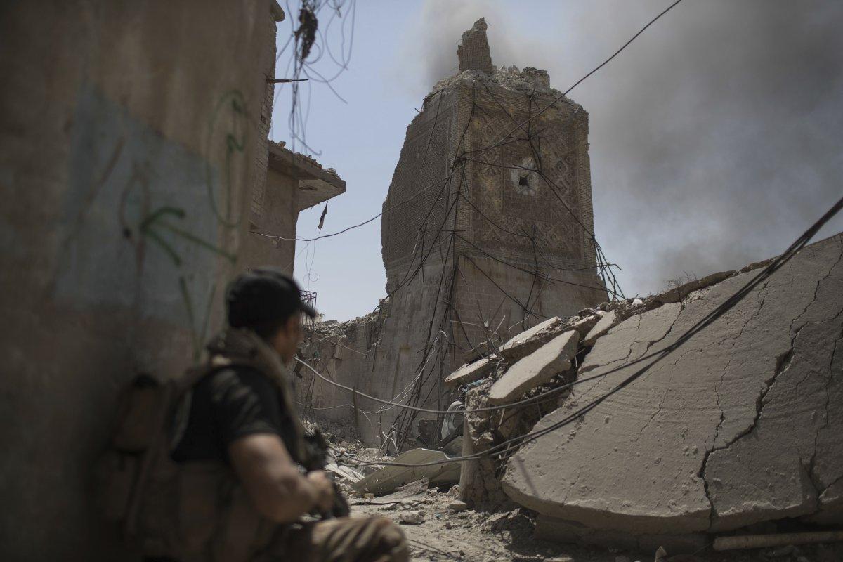 یکی از سربازان دولت عراق در نزدیکی مخروبه های مسجد النوری که داعش آن را منفجر کرده بود، ایستاده است. این مسجد 850 سال قدمت داشت و در قرن 12 میلادی ساخته شده بود.