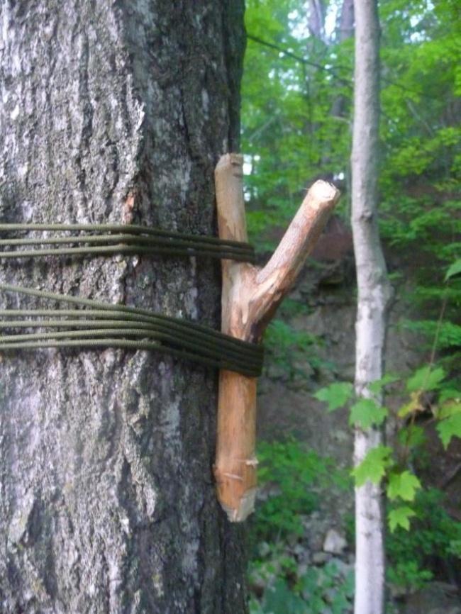 اگر درختی که در نزدیکی کمپ شما قرار دارد، شاخه ای برای آویختن لباس و وسایل ندارد، خودتان با استفاده از چوب و طناب، چوب رختی بسازید.