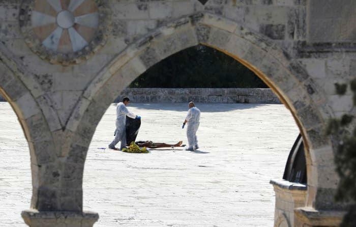 افسر پلیس صهیونیستی در حال چک کردن جنازه مهاجمی است که توسط نیروهای پلیس به ضرب گلوله از پای درآمده بود. در جریان این تیراندازی سه فرد مسلح به نیروهای پلیس رژیم صهیونیستی در بخش قدیمی شهر بیت المقدس دست کم ۲ نیروی پلیس اسرائیل کشته شدند. 14 جولای (23 تیر). همین امر بهانه ای شد تا نیروهای اشغالگر درهای مسجدالاقصی را بسته و اقامه نماز جمعه در آن ممنوع اعلام کنند.