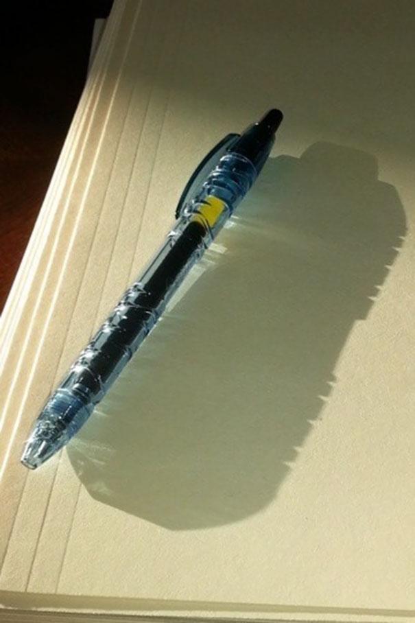 خودکاری که از بطری های آب تهیه شده، سایه ای شبیه بطری پلاستیکی آب ایجاد کرده است.