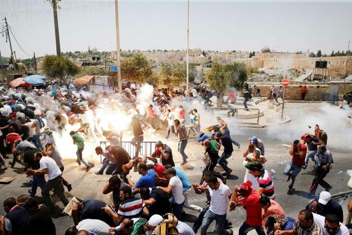 پراکنده شدن نمازگزاران فلسطینی در روز جمعه خشم در نتیجه پرتاب گازهای اشک آور توسط نیروهای پلیس رژیم صهیونیستی در بخش قدیمی شهر بیت المقدس در روز 21 جولای، مصادف با 30 تیر. گروه های مختلف فلسطینی از صبح دیروز، با برگزاری تظاهرات در سرزمین های اشغالی قصد داشتند خود را به مسجدالاقصی برسانند تا نماز جمعه را در خارج از این مسجد مقدس اقامه کنند. دیروز که «جمعه خشم» نام گرفته است، در حمایت از مسجدالاقصی و مخالفت با اقدامات تجاوزگرایانه رژیم صهیونیستی علیه مسجد الاقصی و اهالی قدس آغاز شد.