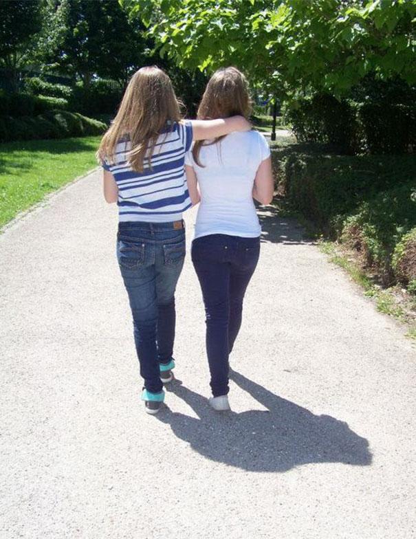 سایه این دو دختر شبیه گوریل شده است.