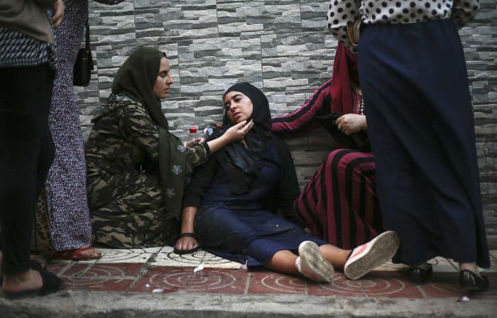 امدادرسانی تظاهرکننده های ضددولتی در شهر بندری حسیمه در مراکش به یکدیگر. درگیری میان نیروهای پلیس و تظاهرکنندگان دست کم 83 زخمی بر جای گذاشت. این اعتراضات سال گذشته در پی مرگ یک ماهیفروش در حسیمه جرقه خورد. معترضان در اعتراض به زندانی حدود 200 فعال اجتماعی تظاهرات کرده و خواستار آزادی آنها شدند.