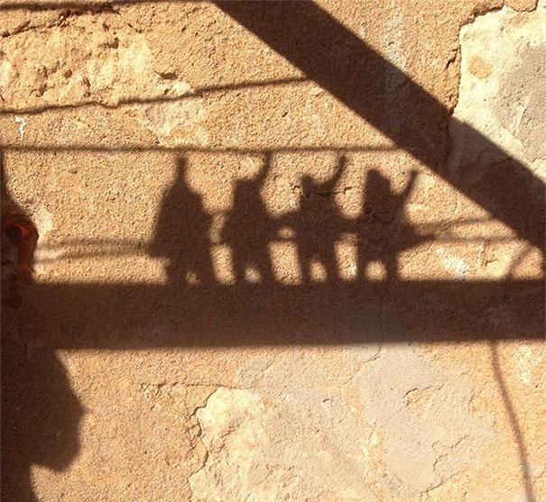 سایه گیره لباس روی طناب رخت همانند یک گروه موسیقی است.