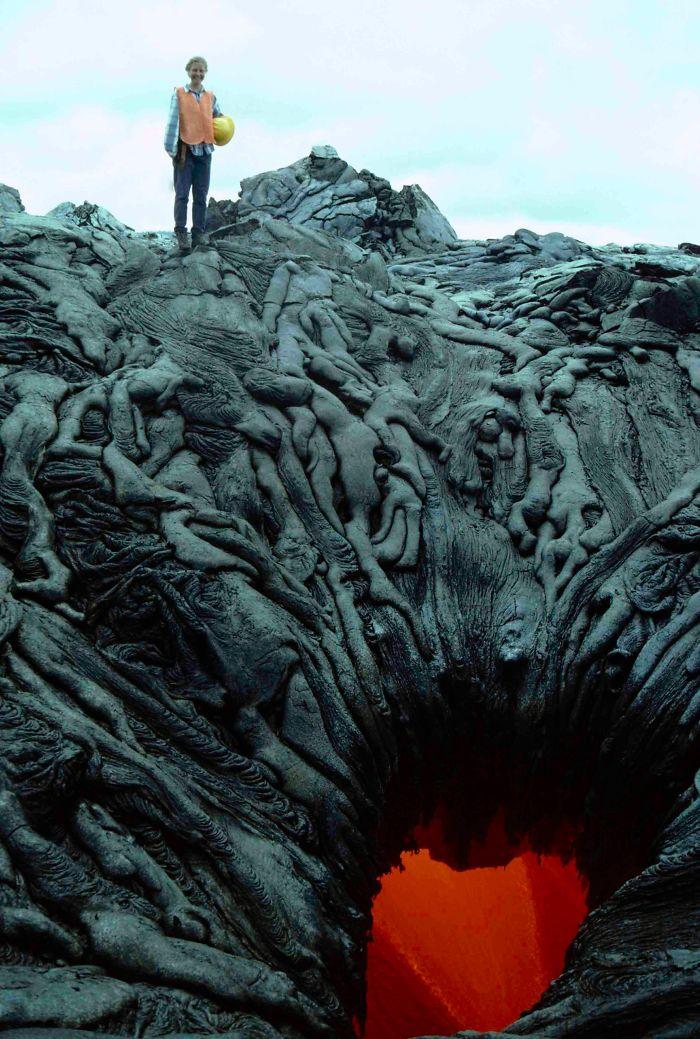 این چاله آتشفشانی این تصور را در ذهن ایجاد می کند که روح های خبیث در حال کشیده شدن درون آتش جهنم هستند.