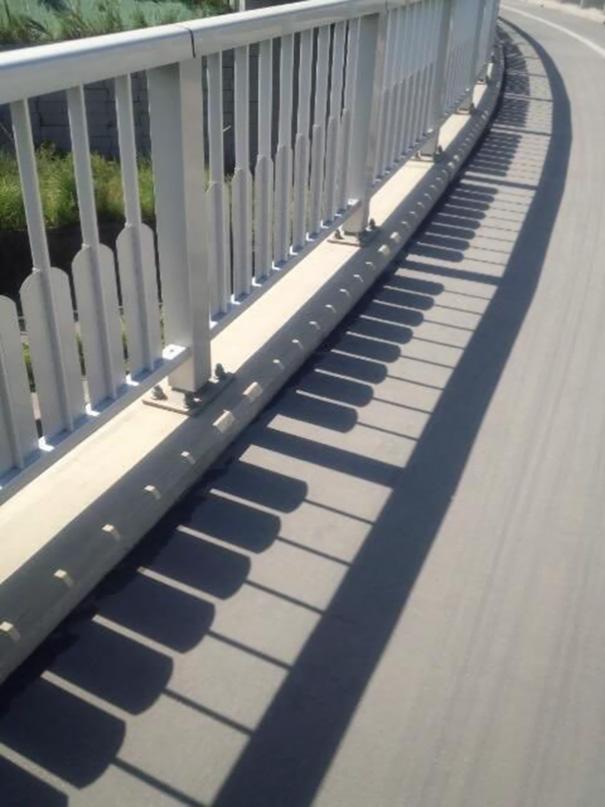 سایه میله ها شبیه پیانو شده است.