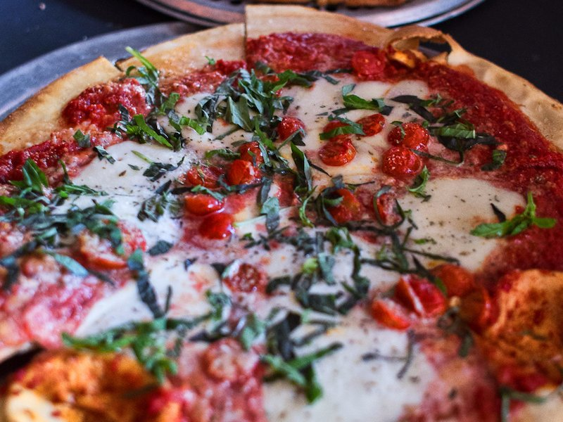 رستوران Gino's East به نشانی: شیکاگو، خیابان لاساله شمالی شماره 500