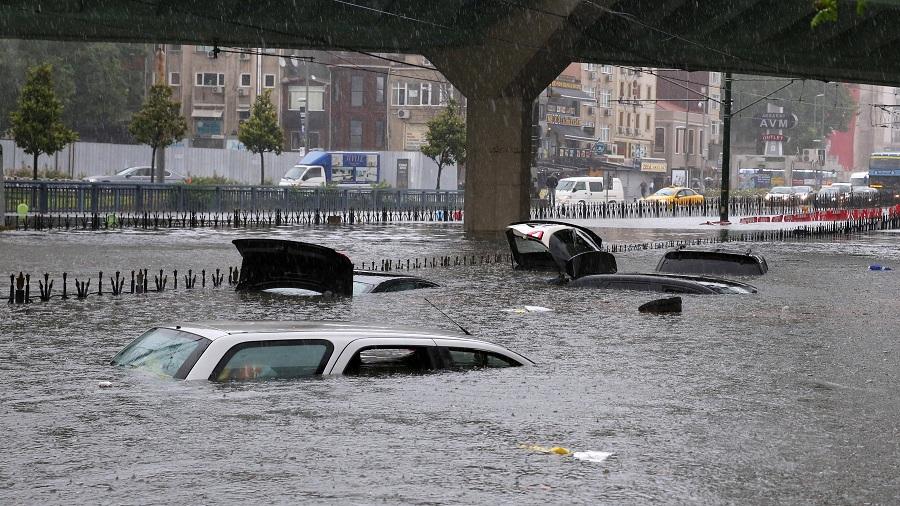 بارش ناگهانی و شدید باران در استانبول موجب راه افتادن سیل در معابر شهری شد. بسیاری از مردم به دلیل آب گرفتگی ایستگاههای مترو و اتوبوس نتوانستند از شبکه حمل و نقل عمومی هم استفاده کنند. 18 جولای (27 تیر)