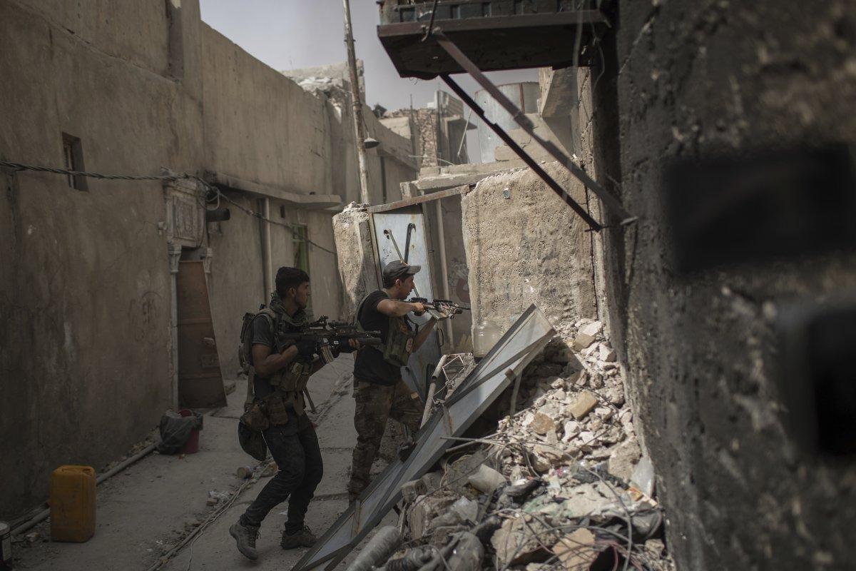 نیروهای نظامی و امنیتی دولت عراق در حال انجام عملیات پاکسازی خانه به خانه نیروهای داعش در شهر موصل