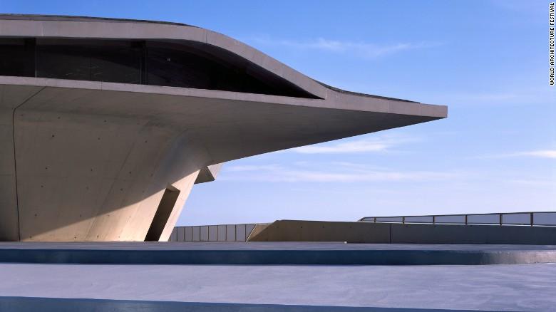 این ساختمان توسط کمپانی زاها حدید طراحی و ساخته شده است که شامل چندین طبقه می شود. بازدیدکننده ها از طبقه همکف وارد شده و از طریق رمپ ها می توانند به طبقات بالایی که محل سوار یا پیاده شدن مسافران به هواپیماست بروند.