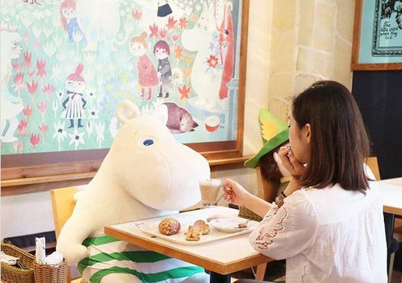 در این کافه اگر تنها باشید، متصدی آن جا در صندلی مقابل شما یک عروسک بزرگ قرار می دهد تا کمتر حس تنهایی داشته باشید.