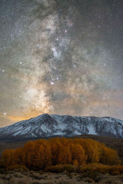 کهکشان راه شیری در پشت کوه های پوشیده از برف سیرانوادای شرقی