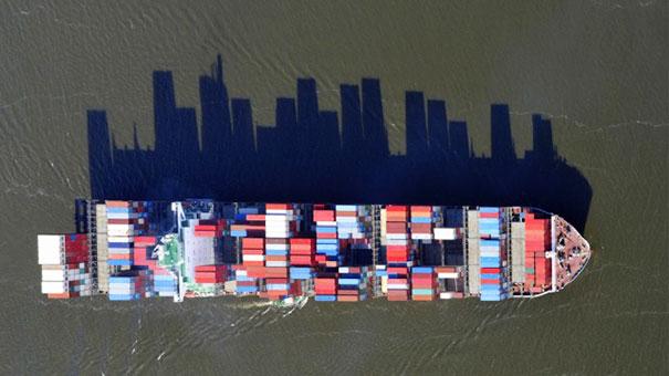 سایه کشتی باربری شبیه برج های کلان شهر است.