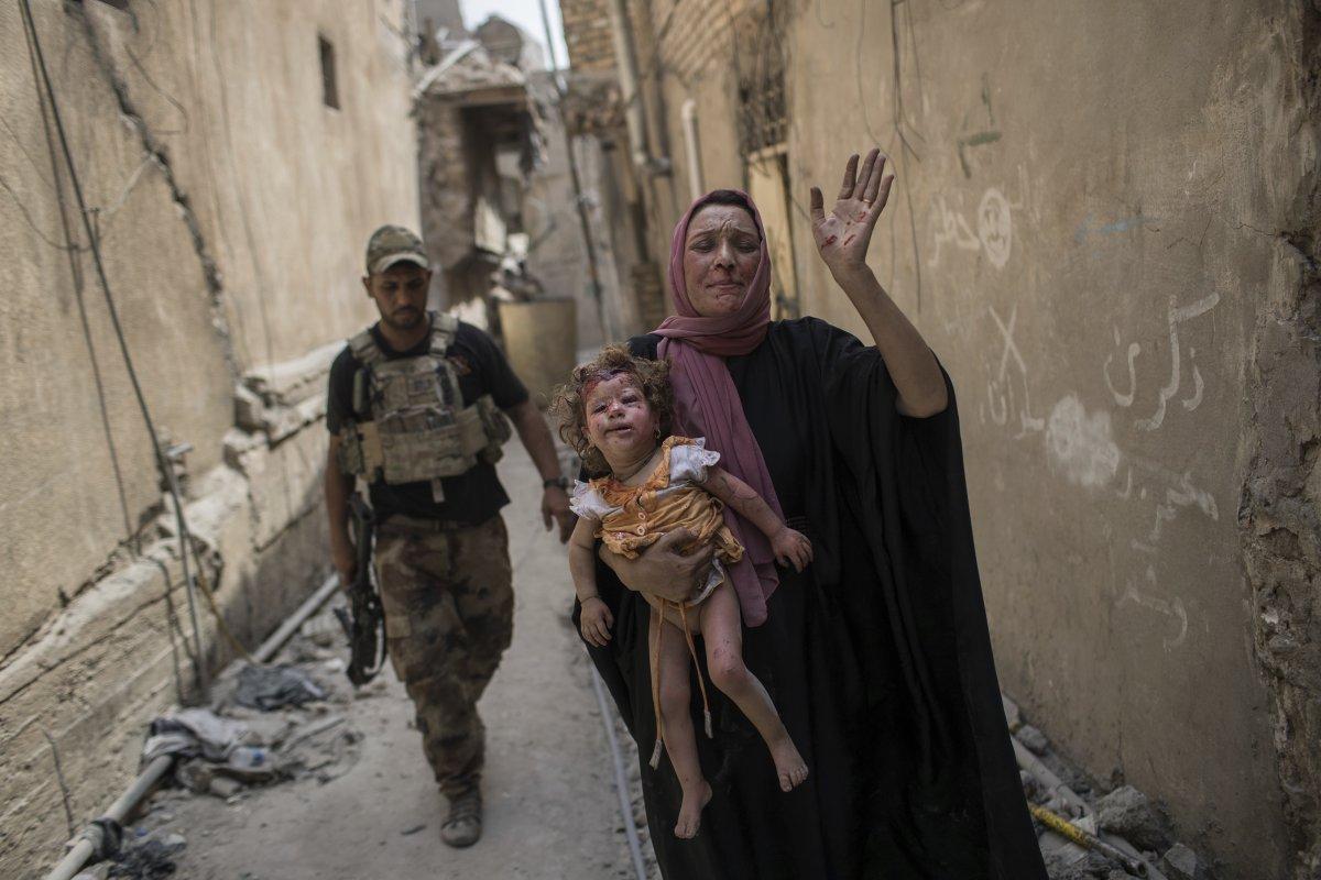 نیروهای زن داعش به همراه کودکان خود نبرد می کردند.
