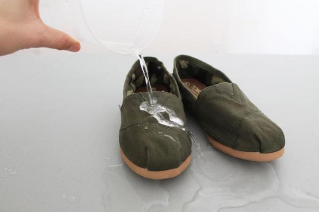 با مالیدن مقداری پارافین، موم یا واکس روی کفش ها از خیس شدن آن ها پیشگیری خواهید کرد.