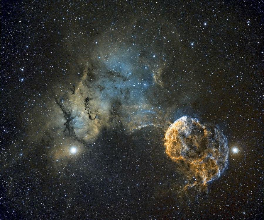 بقایای ابر اختر IC443 در میانه ی صورت فلکی دو پیکر که گمان می رود در حدود 30 هزار سال پیش منفجر شده است. شکل کروی آن شبیه سحاب ستاره دریایی است.
