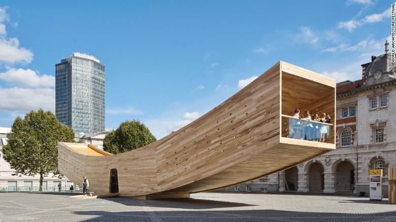 این بنا توسط موسسه معماری آلیسون بروکز و با چوب درخت لاله ی آمریکایی ساخته و تکمیل شده است.