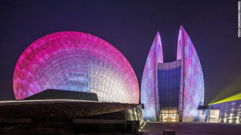 این ساختمان به شکل دو صدف توسط موسسه Cr ساخته شده که بنای بزرگ تر، 90 متر و ساختمان کوچک تر، 60 متر ارتفاع دارند. هر دو ساختمان مجموعا، گنجایش 2 هزار نفر را دارا هستند.