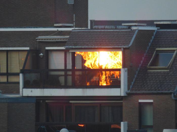 بازتاب غروب خورشید در شیشه این آپارتمان این حس را القا می کند که درون آپارتمان آتش سوزی بزرگی روی داده است.