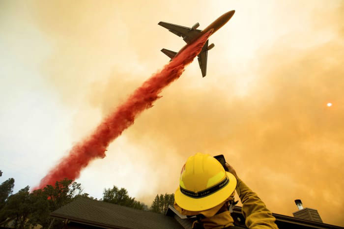 تانکر هوایی در حال ریختن ماده کندساز برای اطفای آتش مهیبی است که در نزدیکی ماریپوزا در کالیفرنیا روی داد. این حرق باعث شد تا هزاران نفر از ساکنین منطقه، محل زندگی خود را ترک کرده و از خطرات احتمالی دور باشند.