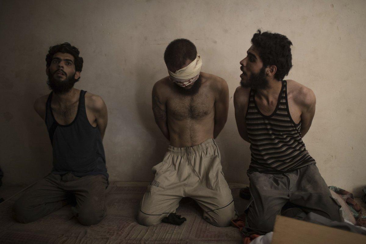 این سه مرد به داعشی بودن متهم هستند و توسط دولت عراق بازداشت شده اند.