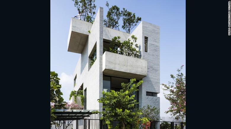 این بنا فضاهای متعددی از بالکن تا پشت بام های ویژه برای کاشت درختان و گیاهان دارد. هدف از ساختش نیز توسعه فضای سبز در شهر اعلام شده است.